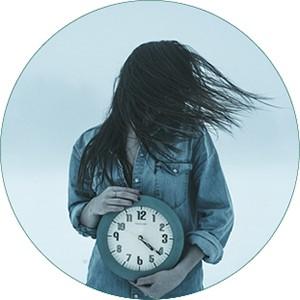 Frau mit Uhr in der Hand