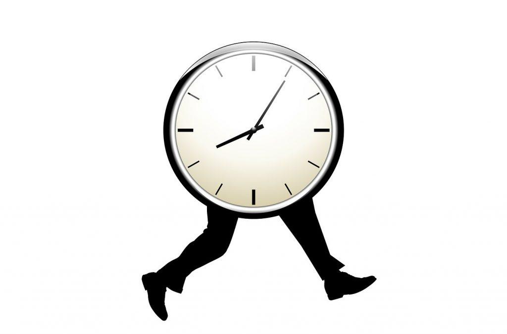 Uhr mit menschlichen schwarzen Beinen, die rennen