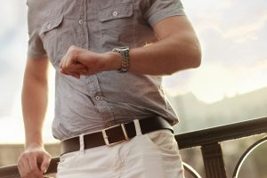 Mensch blickt auf Armbanduhr